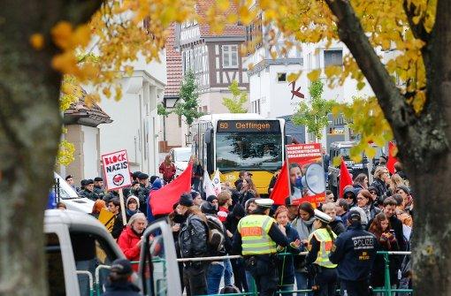 Gegendemonstranten werfen Steine, Raketen und Böller