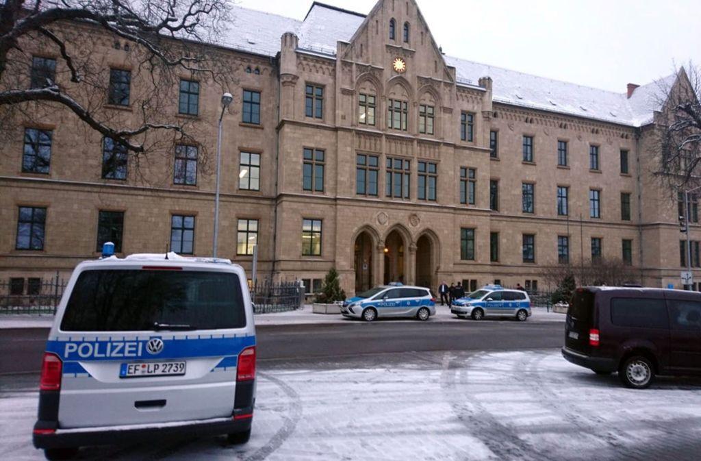 In Erfurt wurden rund 30 Bedienstete aus dem Gerichtsgebäude gebracht. Foto: dpa-Zentralbild