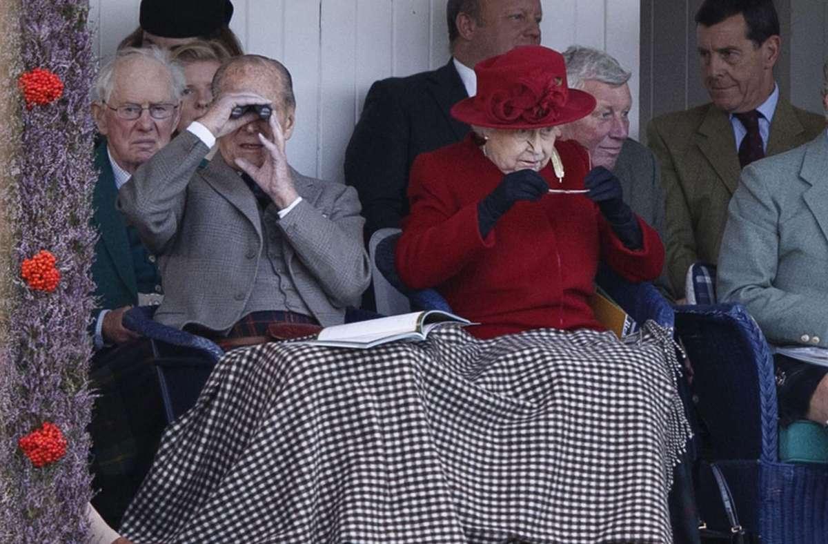 95 Jahre und immer noch im Dienst: Prinz Philip. Auf dem Bild mit seiner Frau, der Queen, im September 2015. Um die Gesundheit des Prinzgemahls soll es nicht zum Besten stehen.  Foto: dpa