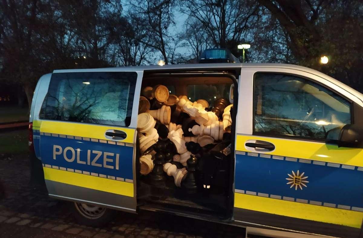 Ein nicht gerade alltäglicher Anblick: Ein mit Schachfiguren vollgestopfter Polizeitransporter. Foto: Facebook/Polizei Stuttgart