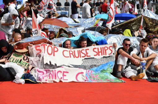Hunderte Klimaaktivisten besetzen roten Teppich