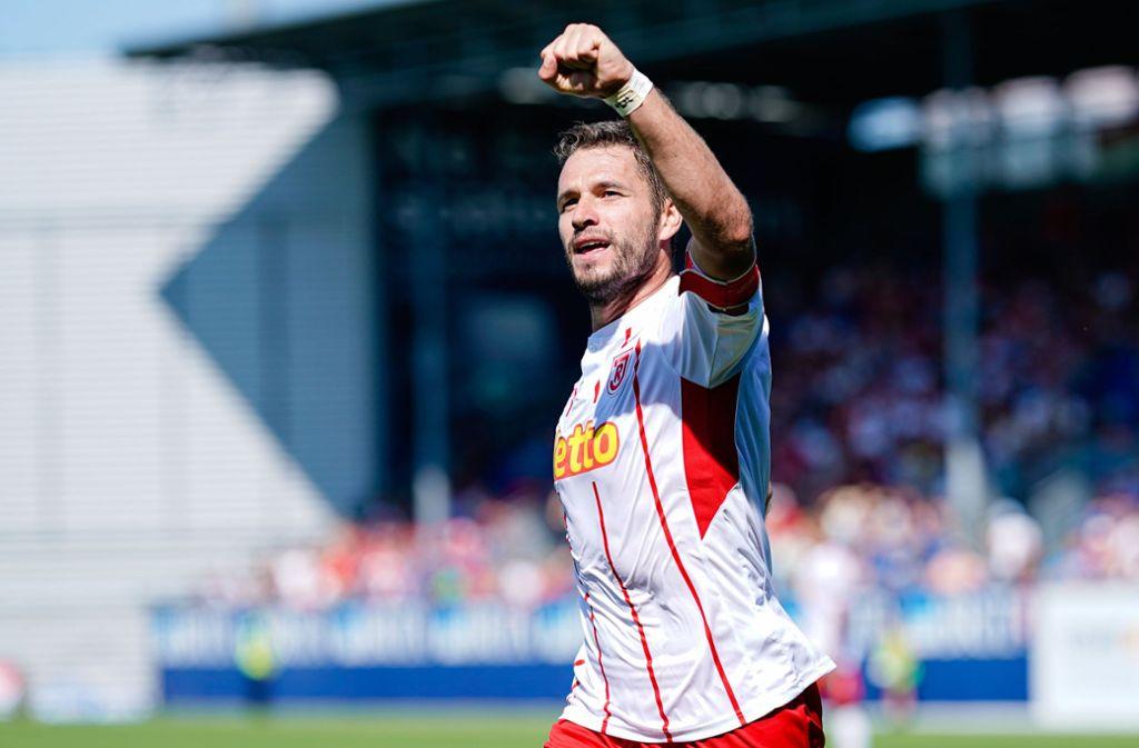 Marco Grüttner beim Torjubel: Beim 5:0 in Wiesbaden gelangen ihm für Jahn Regensburg drei Treffer. Foto: dpa/Uwe Anspach