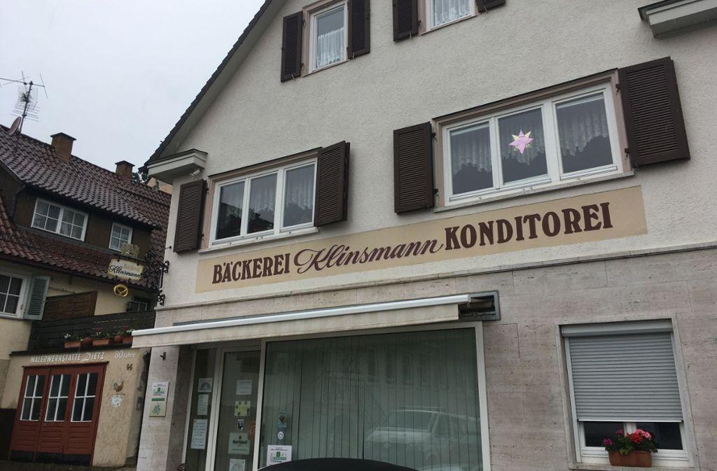 Die Stammkundschaft steuert die Bäckerei Klinsmann auch bei Schmuddelwetter an, wie hier am Mittwochmittag. Foto: STZN/Sascha Maier