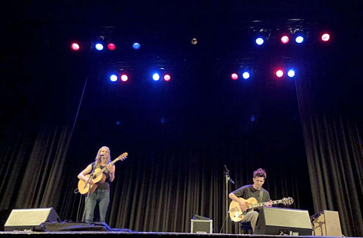 Viel Platz auf und vor der Bühne: die Sängerin Dota Kehr und der Gitarrist Jan Rohrbach im Scala Ludwigsburg Foto: Jan Georg Plavec