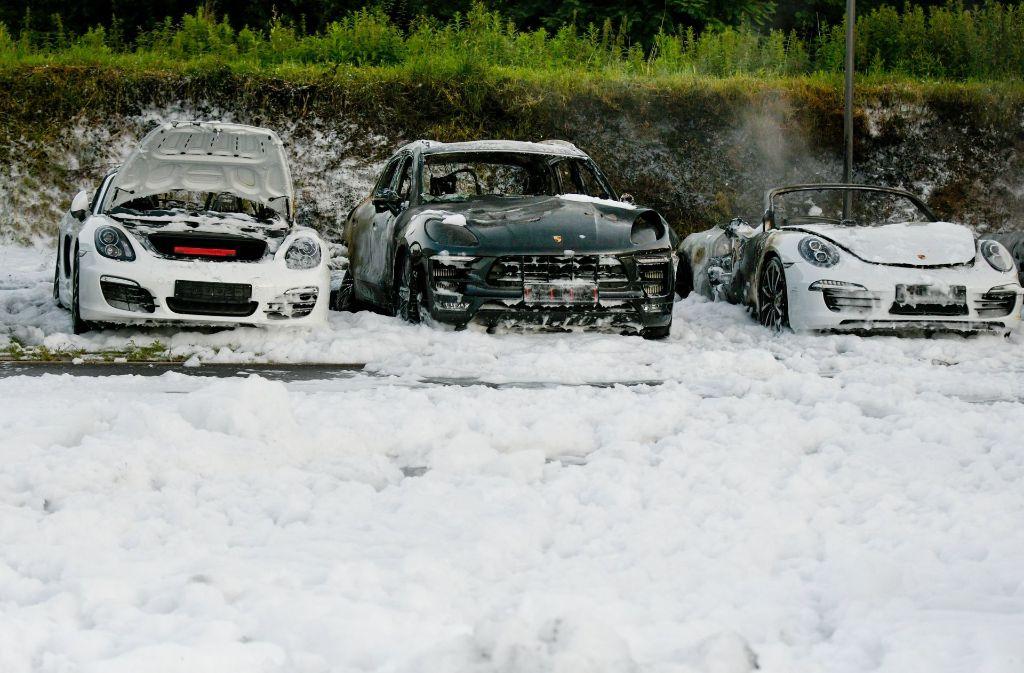 Im Hamburger Porschezentrum sind bei einem Brand acht Fahrzeuge größtenteils ausgebrannt. Foto: dpa