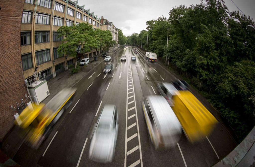 Zwischen Heilmannstraße und Neckartor geben Autofahrer in Richtung City (rechte Fahrbahn) oft kräftig Gas . Nicht weit davon ist die Luftmessstelle (unten links). Foto: Lichtgut/Leif Piechowski