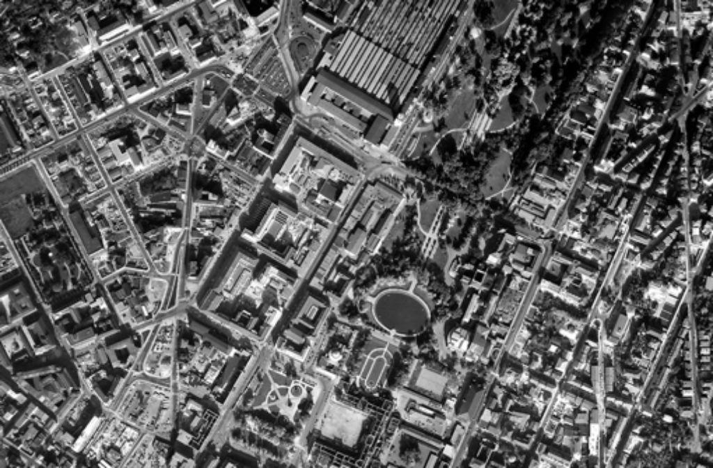 Das neue Webangebot der Stadt Stuttgart verzeichnet nicht nur aktuelle Pläne, sondern auch historische Luftaufnahmen wie diese von 1955. Foto: Stadt Stuttgart