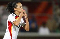 Sie ist das Glamourgirl der deutschen Nationalmannschaft: Fatmire, besser bekannt als bLira Bajmaraj/b, ist hübsch, schlüpft gerne in schicke Klamotten und lackiert sich die Nägel in den Farben des Regenbogens. Die 23-Jährige ist der Liebling der Medien und Fans. Mit vier Jahren kam Bajramaj aus dem Kosovo nach Deutschland - der Fußball half ihr, sich zu integrieren. Heute ist die Mittelfeldspielerin DFB-Botschafterin für Integration und damit das Pendant zu Nationalspieler Cacau. Über ihr hübsches Aussehen und ihre kesse Klappe vergessen viele, dass die 23-Jährige auch verdammt gut kicken kann: Mit ihrem Club Turbine Potsdam wurde sie deutsche Meisterin, Pokal- und Champions-League-Siegerin. In der neuen Saison wechselt sie nach Frankfurt. Foto: AP