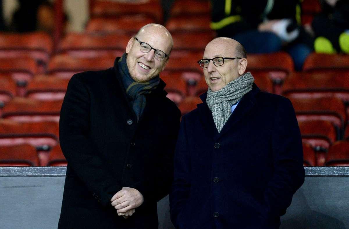 Im Fokus der protestierenden Fans: Avram Glazer (links) und Joel Glazer, gemeinsame Vorsitzende von Manchester United.  (Archivbild) Foto: dpa/Martin Rickett