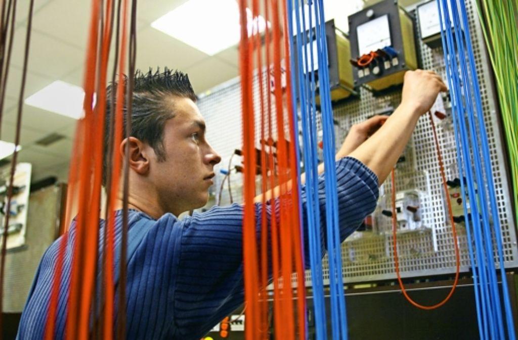 Mehr als die Hälfte der mittelständischen Betriebe suchen qualifizierte Fachkräfte. Foto: Caro / Oberhaeuser