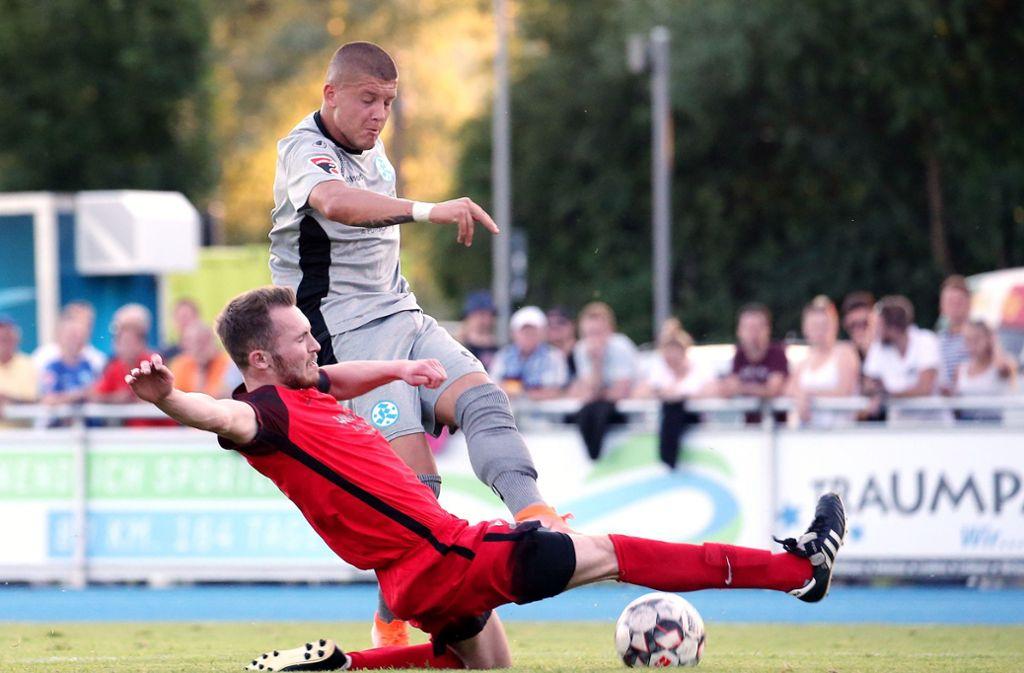 Shkemb Miftari (stehend) traf doppelt im Test gegen Schorndorf um Nico Klasik. Foto: Pressefoto Baumann