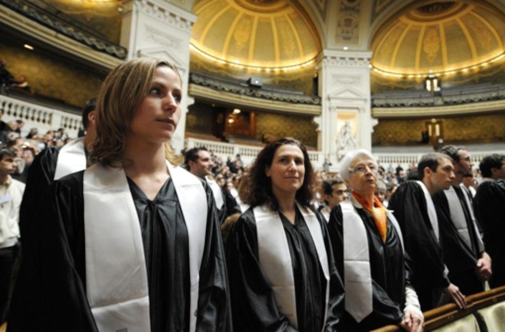 """Nach der Abschlussfeier an ihrer Universität zieht es viele junge Franzosen in die Ferne. Das war früher nicht so – wer aus dem """"schönsten Land der Welt"""" kam Foto: AFP"""