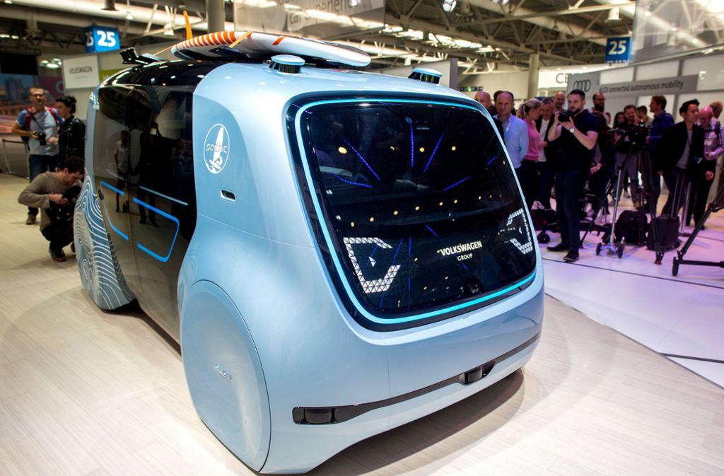 """Das autonom fahrende Fahrzeug """"Cedric"""" steht am Stand von Volkswagen bei der Digitalisierungsmesse Cebit. Foto: dpa"""