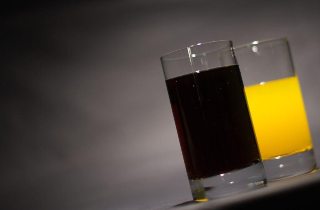 Süße Limonaden wie Cola und Fanta sind bei Kindern beliebt – doch sie gefährden laut Kinderärzten durch den hohen Zuckergehalt die Gesundheit der Kinder. Foto: dpa