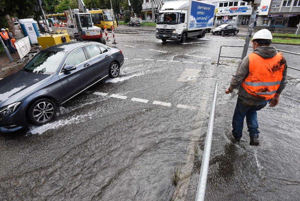 Ein geborstenes Wasserrohr am Olgaeck hat am Freitagnachmittag die Charlottenstraße in Stuttgart-Mitte teilweise unter Wasser gesetzt. Foto: www.7aktuell.de | Oskar Eyb