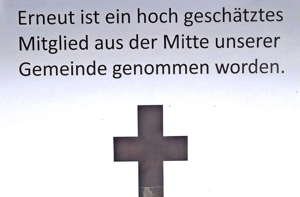 """Ein findiger Unbekannter hat diese """"Todesanzeige"""" am Schaufester des Kartenlädle angebracht. Foto: privat"""