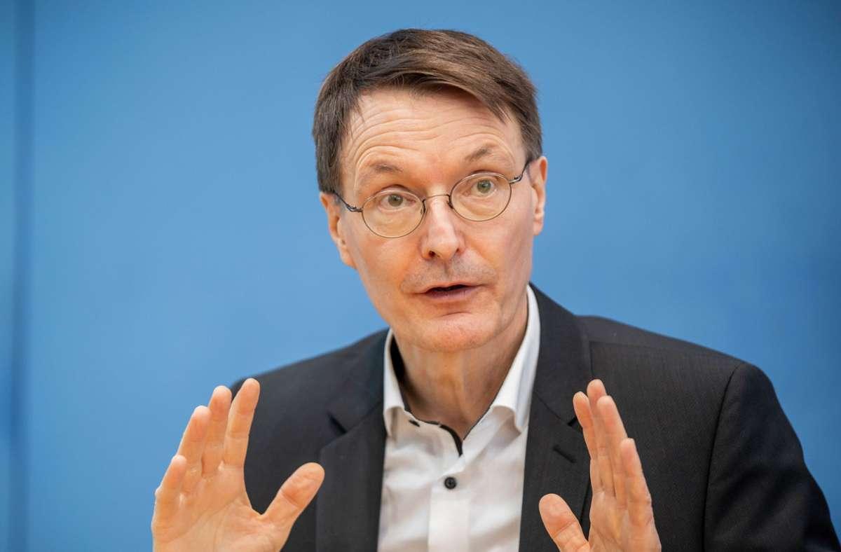 SPD-Politiker Karl Lauterbach hat die UEFA scharf kritisiert. (Archivbild) Foto: dpa/Michael Kappeler