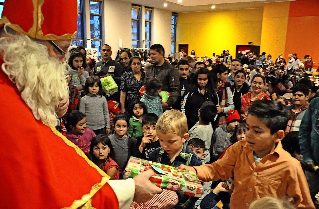 Strahlende Gesichter: Der Nikolaus hatte bei der Übergabe der Geschenke im Bürgerhaus Rot alle  Hände voll zu tun. Foto: Georg Linsenmann