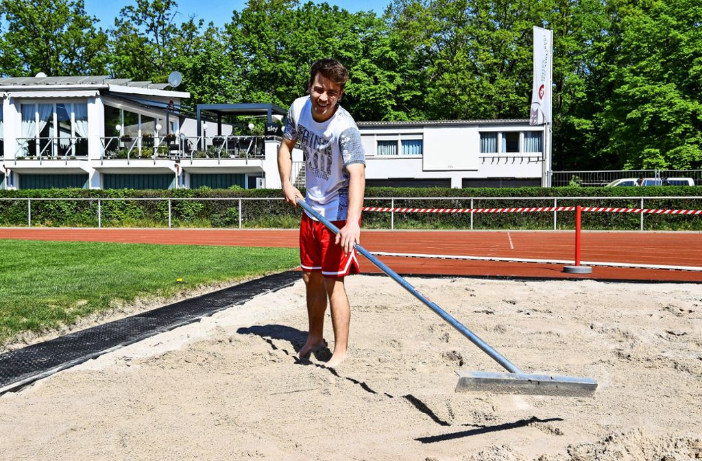 Der Sportlehrer Oliver Ziegler arbeitet in den Außenanlagen. Foto: Tom Bloch