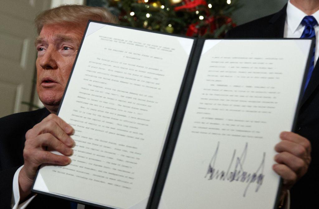 US-Präsident hält eine von ihm unterschriebene Proklomation zur Anerkennung Jerusalems als Hauptstadt Israels in die Kameras. Foto: AP