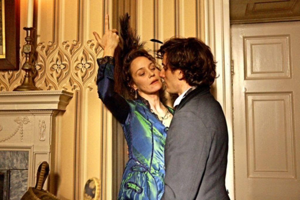 Augusta (Jeanette Hain) ist  Feuer und Flamme für Mickey (Luca Marinelli). Foto: ZDF