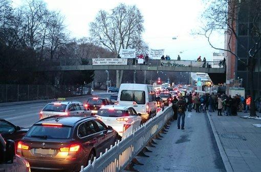 Für längere Staus in stadtauswärtiger Richtung sorgte am Montag eine Feinstaub-Demonstration. Foto: Fotoagentur Stuttgart Andreas Rosar