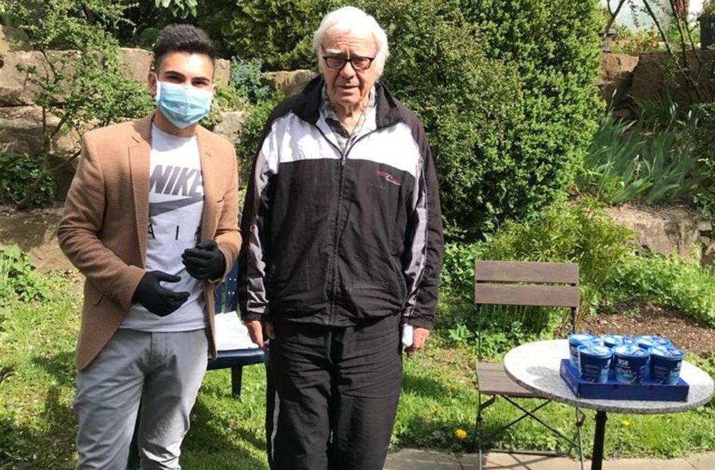 Saikesh unterstützt  den Senior Klaus-Dieter Müller als Einkäufer. Foto: Sim TV