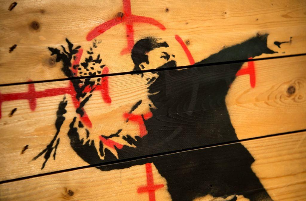 Straßenschlacht Im vergangenen Jahr wurden in Paris gleich mehrere Graffitis entdeckt, die dem britischen Streetart-Künstler Banksy zugeschrieben werden – darunter dieses Bild in der Nähe eines ehemaligen Zentrums für Migranten am nördlichen Rand der Stadt. Foto: dpa