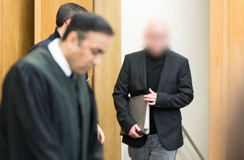 Der angeklagte Apotheker auf dem Weg zu seinem Platz im Essener Landgericht. Foto: dpa