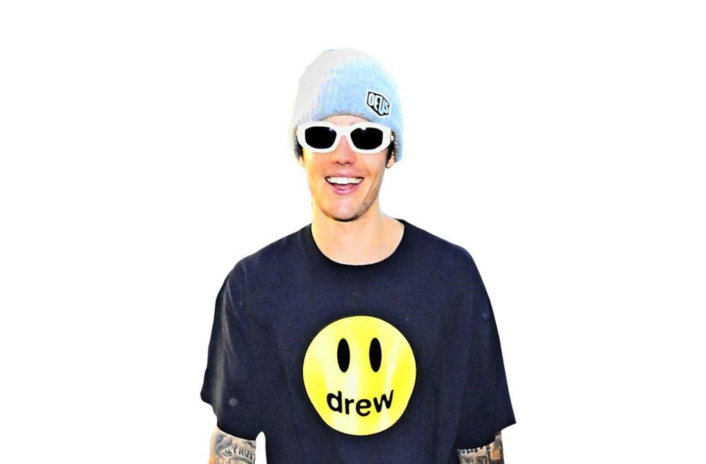 Justin Bieber mit T-Shirt seiner eigenen Modelinie. Foto: picture alliance/AP Images