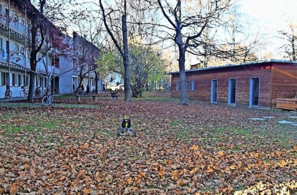 Die SWSG will nach dem Abriss ihrer alten Häuser (links) für Neubauten einen Teil der Grünfläche kaufen,  der  Aki (rechts) würde sie gerne  komplett nutzen dürfen. Foto: Julia Bayer
