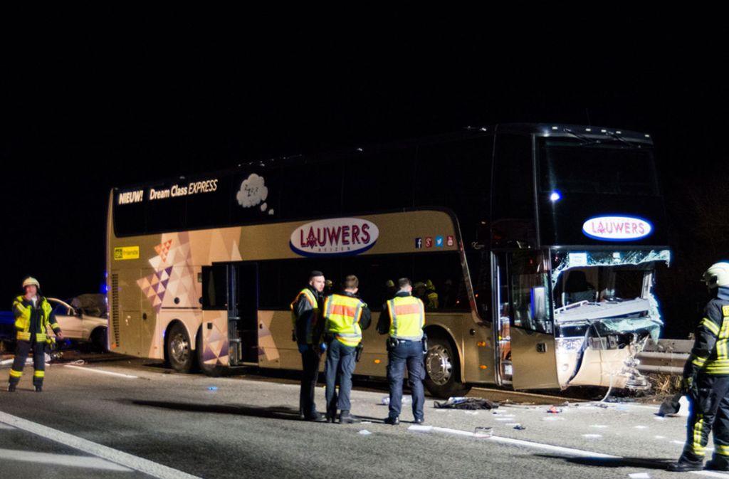 In dem Bus sind mehrere Menschen verletzt worden. Foto: dpa/Michael Ehresmann