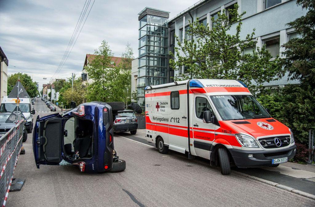 In der Felix-Dahn-Straße in Stuttgart-Degerloch kippt ein Auto nach einem Unfall auf die Seite um. Foto: SDMG