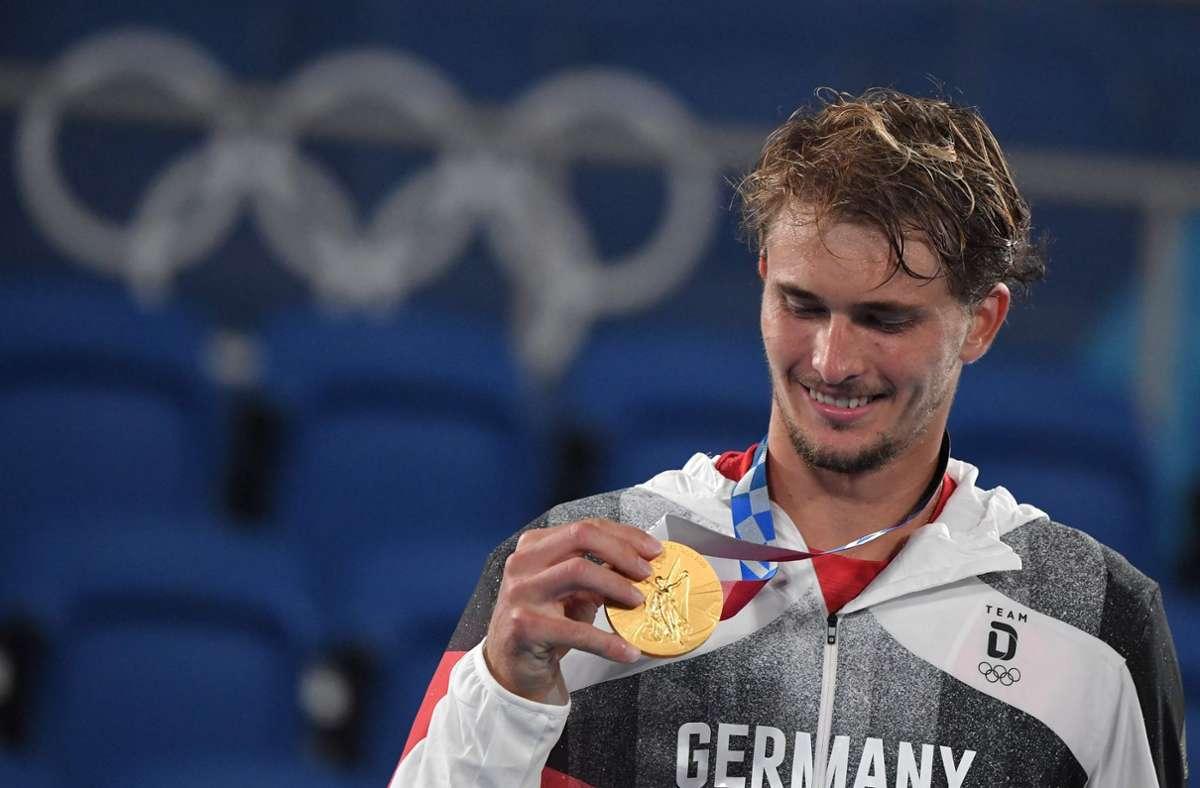 Alexander Zverev hat nun auch eine Goldmedaille um den Hals. Foto: AFP/TIZIANA FABI