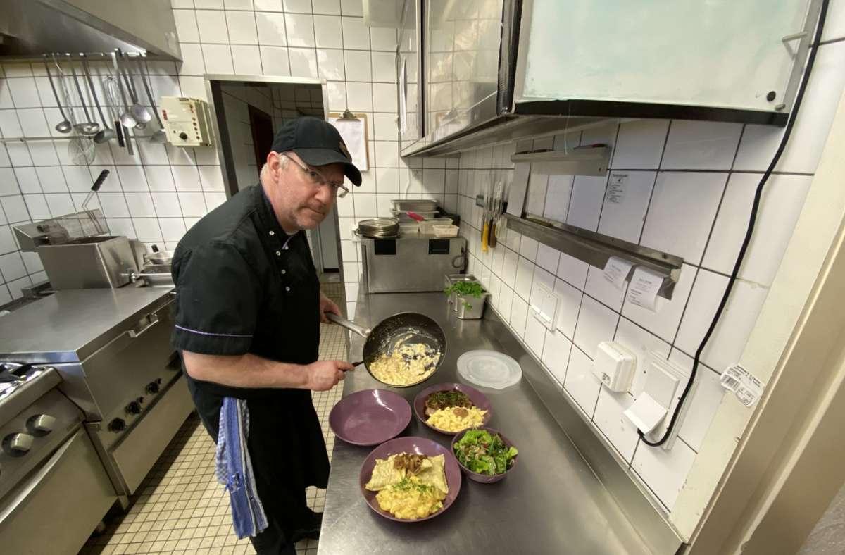 Florian Hillenbrand vom Schützenhaus Musberg füllt das Essen für die Lieferung in Pfandboxen des Anbieters Recircle. Foto: privat/Schützenhaus Musberg