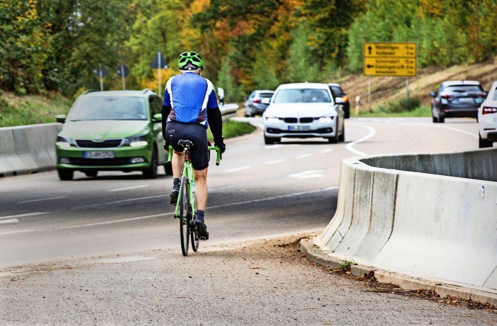 An dieser Stelle am Weißen Stein müssen Radfahrer in Richtung Aichwald auf die viel befahrene Straße wechseln. Foto: /Horst Rudel