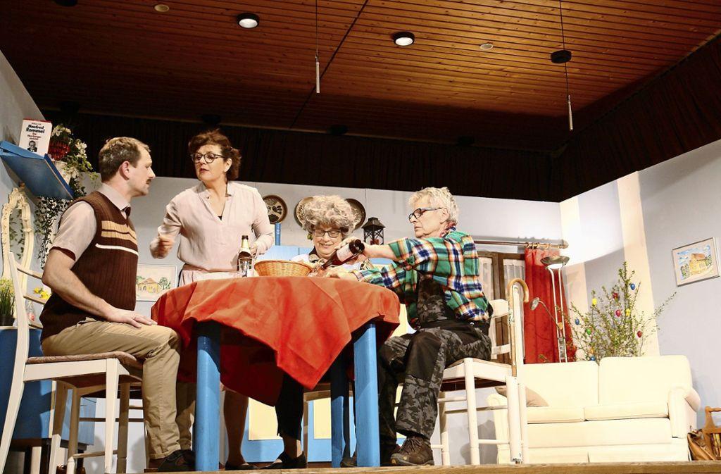 """In der schwäbischen Komödie """"d`Silberhochzeit"""" ging es turbulent und heiter zu. Die Theatergruppe des TGV Rotenberg überzeugte bei der Premiere. Foto: Martina Fürstenberger"""