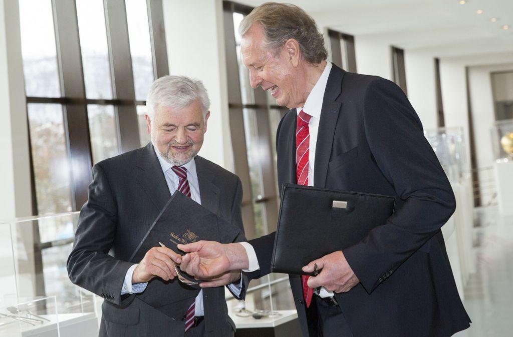 WMF-Chef Volker Lixfeld (rechts) – hier bei der  Eintragung in das Denkmalbuch des Landes mit Regierungspräsident Wolfgang Reimer – wird in den Ruhestand gehen. Foto: Ines Rudel/Ines Rudel
