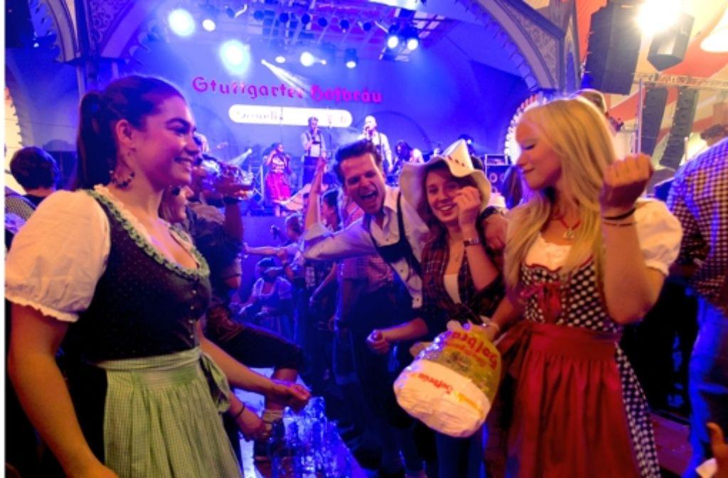 Disco statt Tradition: im Festzelt wird auf den Bänken getanzt. Foto: Wilhelm Mierendorf