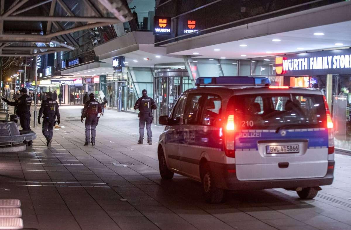 Die Polizei ging am Samstagabend in der Stuttgarter City gegen etwa 300  Personen vor, die  auf der Freitreppe beim Kunstmuseum keinen Abstand hielten und keine Masken trugen. . Foto: 7aktuell.de/Simon Adomat