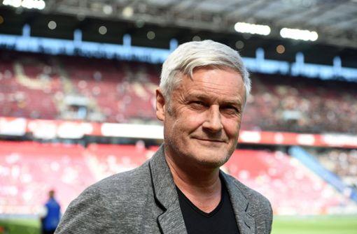 VfB-Meistertrainer Armin Veh beim FC Augsburg im Gespräch