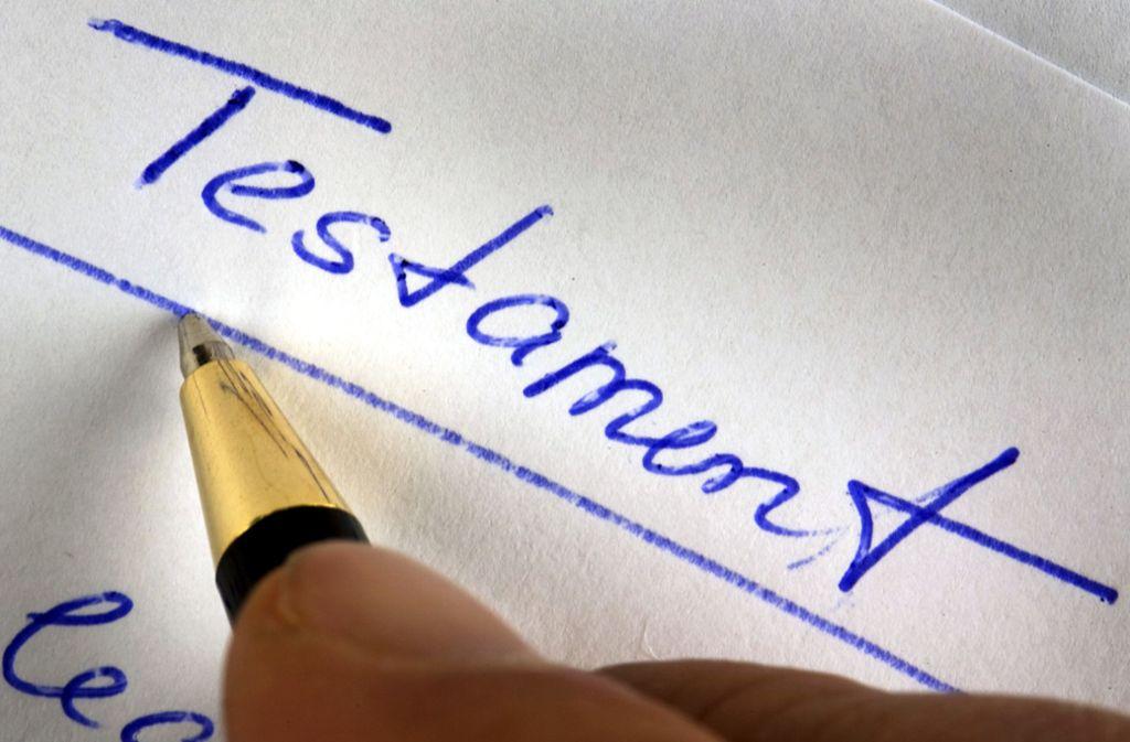 Ein Testament wird handschriftlich verfasst. Foto: dpa