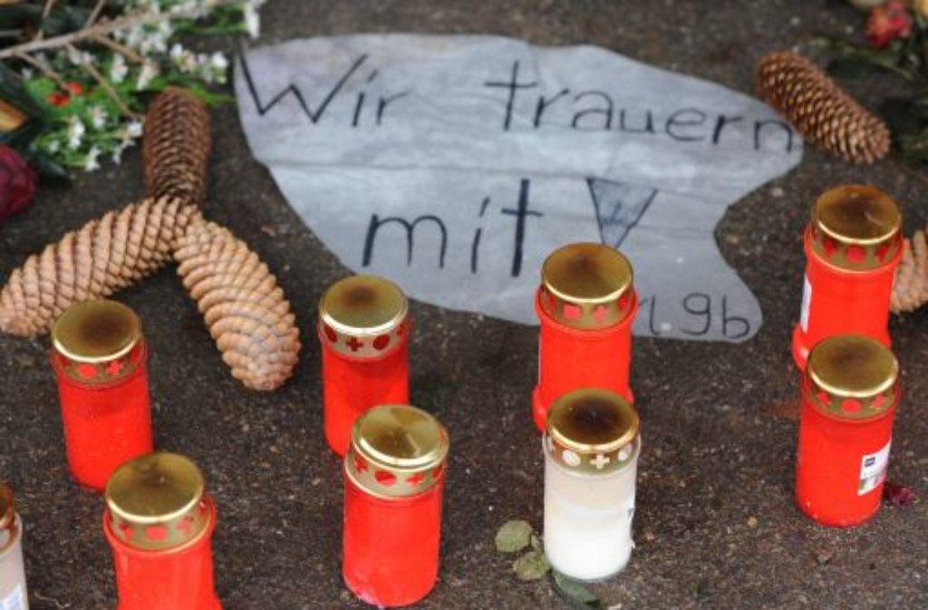 Blumen, Kerzen und Danksagungen sind am 18. Dezember 2012 in Titisee-Neustadt (Baden-Württemberg) vor einer Behindertenwerkstatt zu sehen. Bei der Brandkatastrophe vor einem Jahr sind 14 Menschen getötet worden.  Foto: dpa
