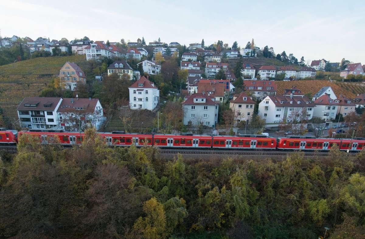 Auf der Panoramastrecke der Gäubahn soll, das ist  weitgehend Konsens, auch künftig Verkehr sein. Welcher genau, das ist ein Diskussionsgegenstand. Foto: dpa/Franziska Kraufmann