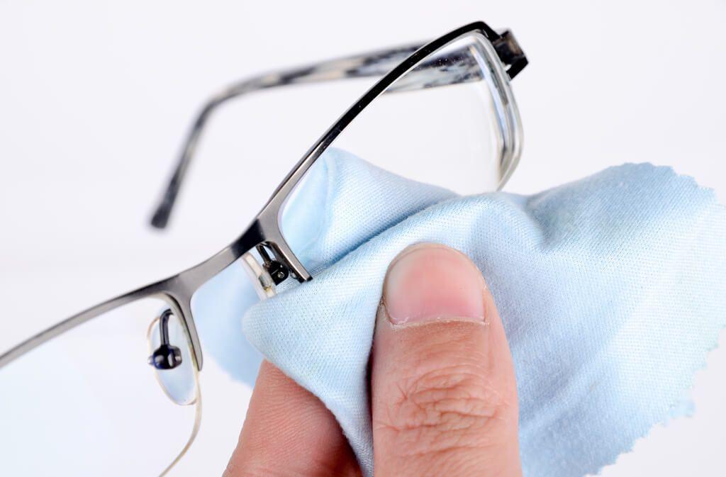 Gönnen Sie auch dem Brillenputztuch eine regelmäßige Reinigung. Foto: anaken2012 / shutterstock.com