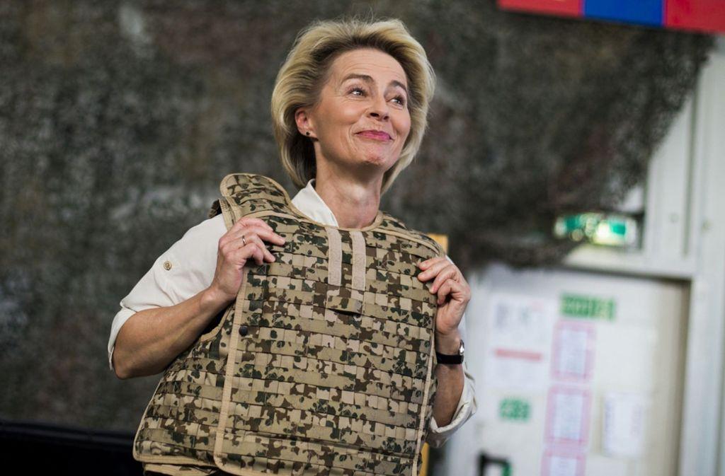 Ursula von der Leyen bei einem Besuch von Bundeswehr-Soldaten in Afghanistan mit einer Splitterschutzweste Foto: dpa