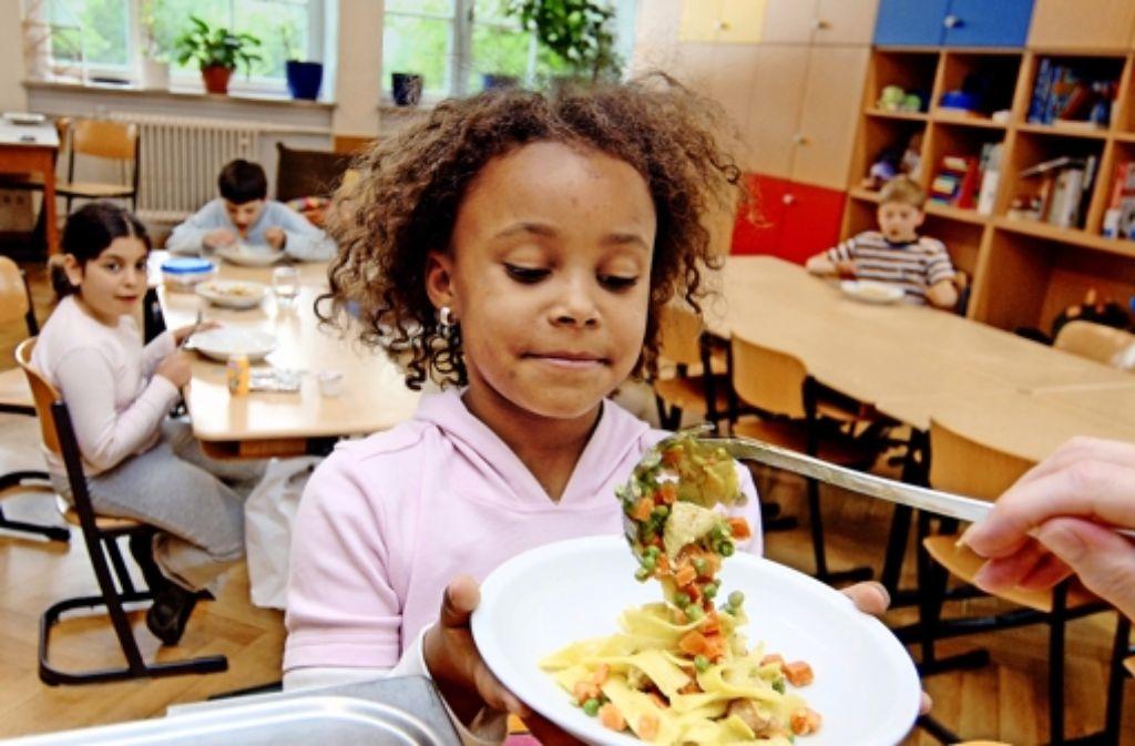 Hoch die Teller! In Baden-Württemberg essen etwa 40 Prozent der Grundschüler in der Schule. Foto: dpa