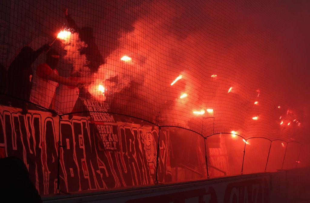 VfB-Anhänger zündeten vor dem Spiel gegen Eintracht Frankfurt Bengalos und Rauchbomben. Foto: Bongarts