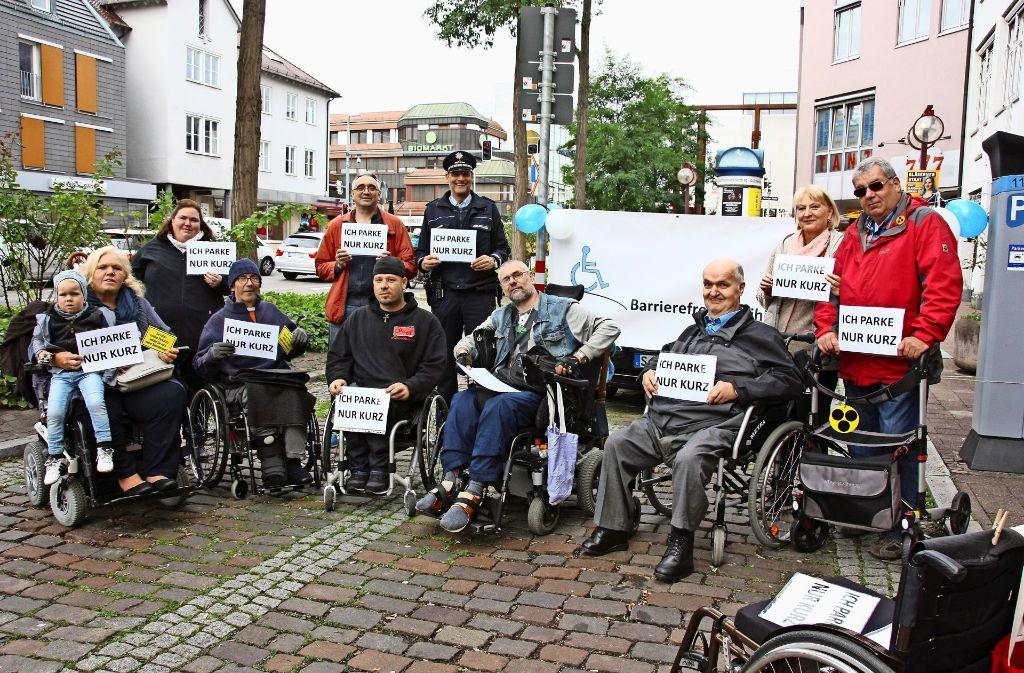"""Diesmal parkten Rollstuhlfahrer """"nur kurz"""" auf Stellflächen für Nichtbehinderte Foto: Kanter"""