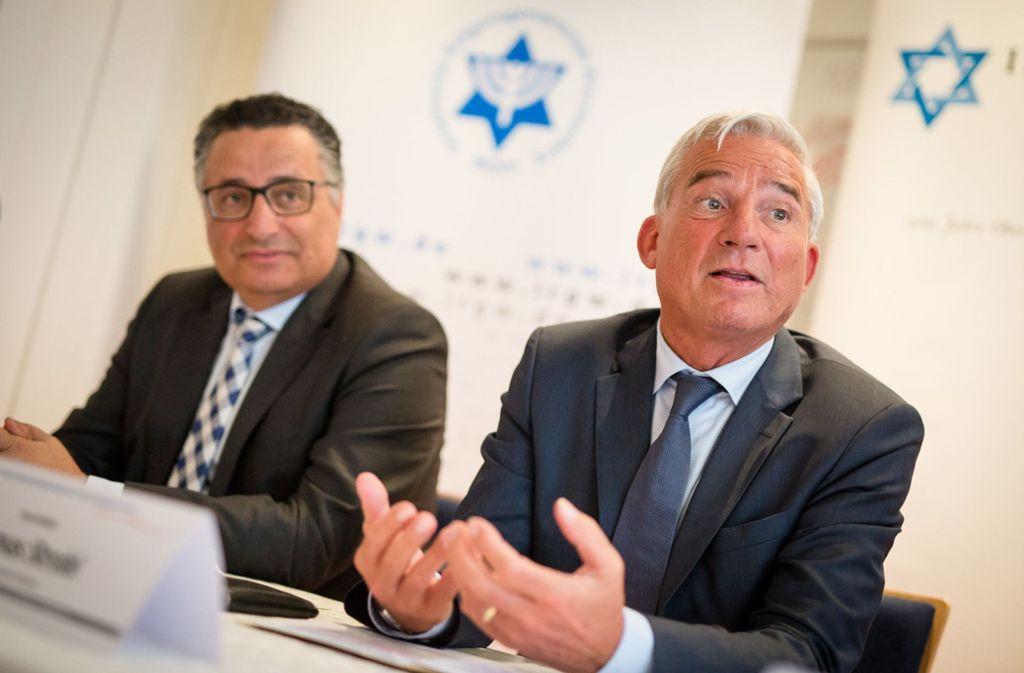 Rami Suliman (links) von der Israelitischen Religionsgemeinschaft und Innenminister Thomas Strobl. Foto: dpa